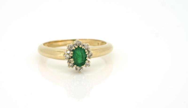 Aristokratischer Goldring mit Smaragd und Brillanten