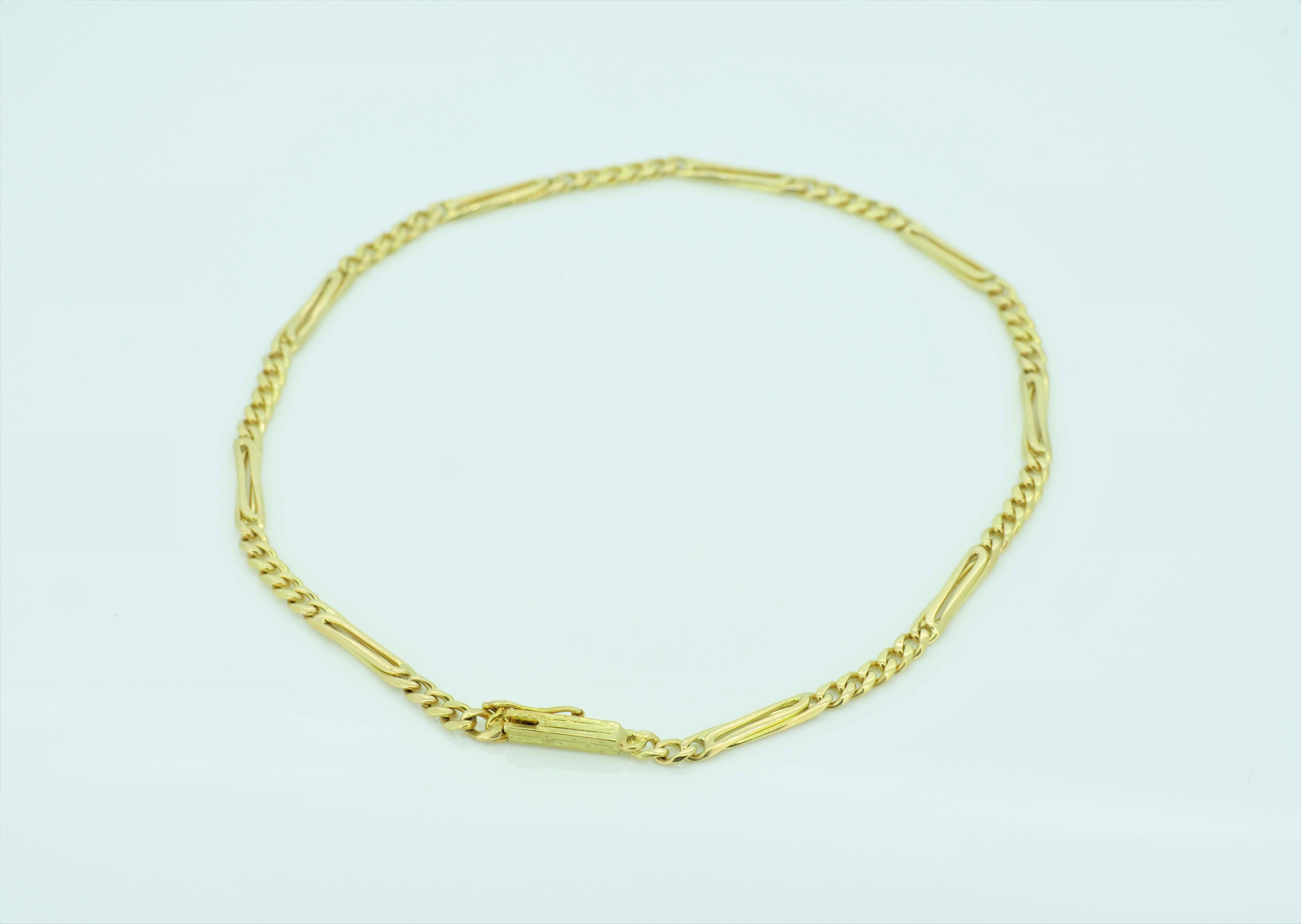 Modisches Goldarmband