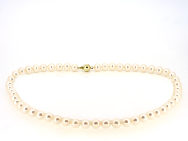 Anmutende Perlenkette mit Gelbgoldkugelschließe