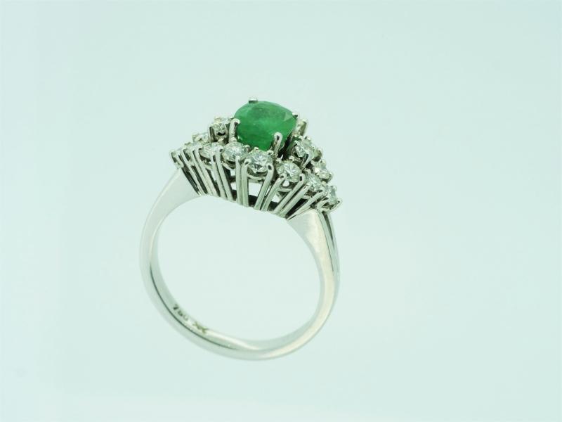 Aufsehenerregender Weißgoldring mit Smaragd und Brillant